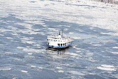 Passagerarfärjan korsar det djupfrysta Stet Lawrence River från Levis till Quebec City arkivbilder