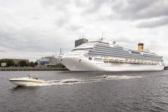 Passagerarfärjaskepp på baltisk port, med hastighetsfartyget Arkivfoton