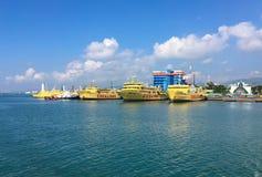 Passagerarfärjor på porten av den hamnstadCebu staden royaltyfri fotografi
