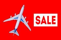 Passagerarflygplan på en röd bakgrund Sale av flygbiljetter och loppkuponger Annonsering av banret och av rabatt Lopp och vektor illustrationer