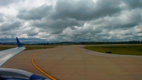 Passagerarflygplan som är klar för avvikelse på flygplatsen i Cleveland arkivfilmer