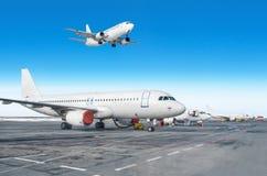 Passagerarflygplanrad, flygplan som parkeras på service för avvikelse på flygplatsen En som landar till landningsbanan i den blåa Fotografering för Bildbyråer