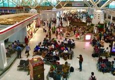 Passagers à l'aéroport domestique dans l'Inde de New Delhi Photos stock