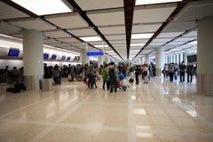 Passagers à l'aéroport en Hong Kong Images stock