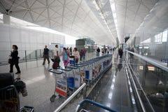 Passagers à l'aéroport en Hong Kong Photographie stock libre de droits