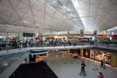 Passagers à l'aéroport en Hong Kong Photos stock