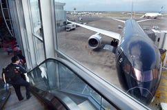 Passagers à l'aéroport international d'Auckland Photos libres de droits
