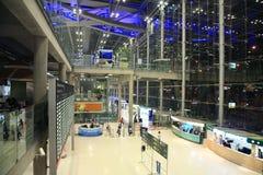 Passagers à l'intérieur d'aéroport de Suvanaphumi Photo stock