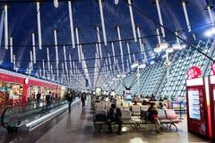 passagers à l'intérieur de terminal1 d'aéroport de Pudong Image libre de droits