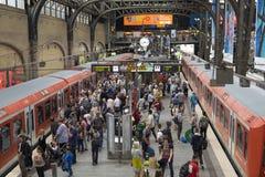 Passagers à la gare ferroviaire de canalisation du ` s de Hambourg Images libres de droits