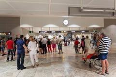 Passagers à la porte d'arrivée de l'aéroport Image libre de droits