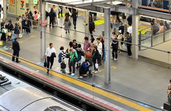Passagers attendant chez Osaka Station Photo libre de droits