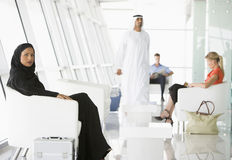 Passagers attendant dans le salon de déviation d'aéroport Photographie stock