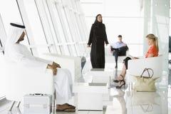 Passagers attendant dans le salon de déviation d'aéroport Image stock