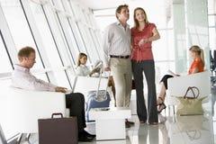 Passagers attendant dans le salon de déviation d'aéroport Photographie stock libre de droits