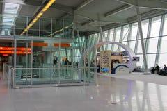 Passagers attendant le départ dans l'aéroport de Varsovie Chopin Image stock