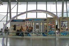 Passagers attendant le départ dans l'aéroport de Varsovie Chopin Photographie stock