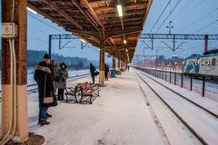 Passagers attendant le train Images libres de droits