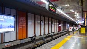 Passagers attendant le train de Keisei Skyliner à l'aéroport international de Narita pour aller au coeur image stock