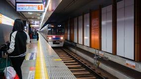 Passagers attendant le train de Keisei Skyliner à l'aéroport international de Narita pour aller au coeur images libres de droits
