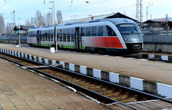 Passagers attendant le train en Sofia Bulgaria, le 25 novembre 2014 Images stock
