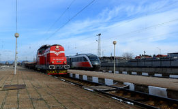 Passagers attendant le train en Sofia Bulgaria, le 25 novembre 2014 Images stock