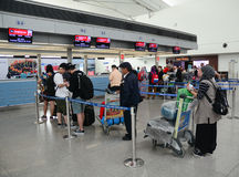 Passagers attendant sur le terminal de départ dans l'aéroport de Saigon Photo stock