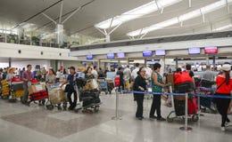 Passagers attendant sur le terminal de départ dans l'aéroport de Saigon Photos stock