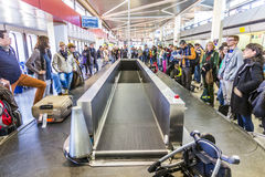 Passagers au carrousel de bagages à l'aéroport Tegel Photographie stock libre de droits