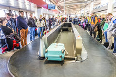 Passagers au carrousel de bagages à l'aéroport Tegel Images libres de droits