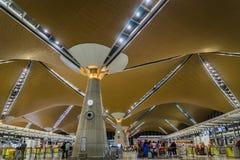 Passagers au comptoir d'enregistrement à l'intérieur de l'aéroport international de Kuala Lumpur Kuala Lumpur Photos stock
