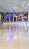 Passagers au hall de départ à Francfort Image stock