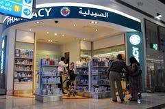 Passagers au point de pharmacie d'aéroport international de Dubaï Images libres de droits