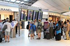 Passagers avec des bagages à l'aéroport Photo stock