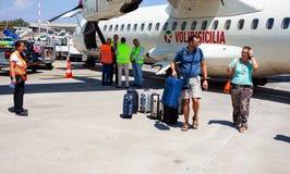 Passagers avec le bagage à côté de l'avion images libres de droits
