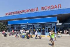 Passagers avec le bagage à l'entrée à la gare ferroviaire d'Anapa, région de Krasnodar Photos stock