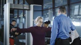 Passagers ayant l'examen dans l'aéroport Image libre de droits