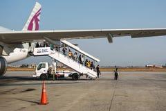 Passagers débarquant d'un vol de Qatar Airways chez Tribhuvan Image libre de droits