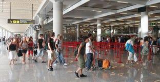 Passagers d'aéroport marchant aux portes d'embarquement Photos stock
