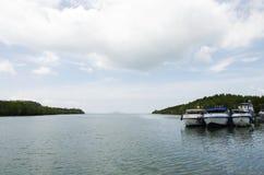 Passagers d'arrêt et d'attente de bateau de vitesse au pilier de Rong de coup Photographie stock