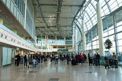 Passagers dans l'aéroport de Domodedovo, Moscou Images stock