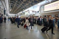 Passagers dans l'aéroport de Helsinki Photographie stock
