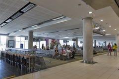 Passagers dans l'aéroport de Paphos, Chypre Photo stock