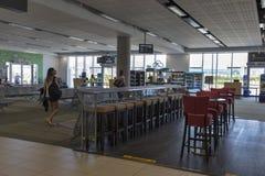 Passagers dans l'aéroport de Paphos, Chypre Photographie stock libre de droits