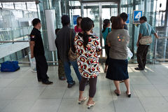 Passagers dans l'aéroport international de Suvarnabhumi Image libre de droits