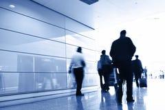 Passagers dans l'intérieur d'aéroport Image stock