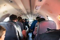 Passagers dans la carlingue à l'etroit d'avion Photographie stock libre de droits