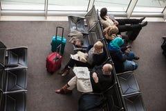 Passagers dans la salle d'attente d'aéroport image stock