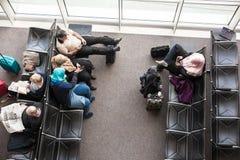 Passagers dans la salle d'attente d'aéroport Image libre de droits