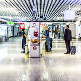 Passagers dans le départ Hall de l'aéroport international de Francfort Image stock